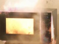 В Великом Новгороде загоревшаяся микроволновка стала причиной копчения кухни