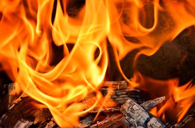 В Окуловском районе погибла женщина на пожаре в многоквартирном доме