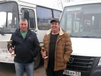 Два водителя маленьких автобусов из Боровичей стали большими знатоками ПДД