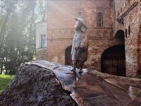 Скульптура японского поэта наконец-то добралась до Веряжского сквера
