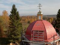 В Маловишерском районе на 200-летнем храме водружен крест