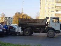 В Великом Новгороде столкнулись легковушка, самосвал и «Газель»
