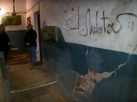 Видео: в новгородской двухэтажке разрушается несущая стена