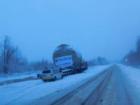 Автопоезд с деталью для Белорусской АЭС стоит на подходах к заснеженному Поддорью