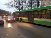 ДТП с пассажирским автобусом перекрыло движение в центре Великого Новгорода
