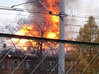 В Окуловке горит многовартирный жилой дом