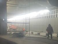 В тоннеле в Санкт-Петербурге грузовик без водителя снес леса: погиб новгородец