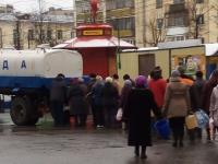 В центре Великого Новгорода жителям раздают воду из цистерны