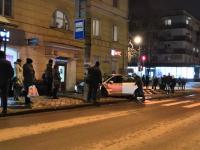 В Великом Новгороде автомобиль вылетел на остановку после столкновения