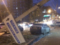 В Великом Новгороде легковушка уронила массивный столб с указателем дороги на Псков