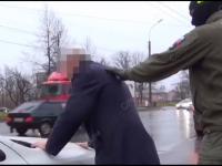 В Великом Новгороде задержали экс-полицейского из Петербурга и его подругу за взятку
