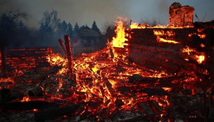 В Маловишерском районе горит дом — спасатели обнаружили труп женщины