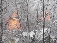 Более 20 спасателей тушат многоквартирный деревянный дом в Пестове