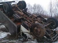 Фото: на трассе в Новгородской области перевернулся грузовик