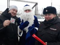 Новгородские водители встретились с Дедом Морозом во время новогоднего патруля