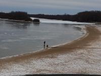 Новгородцы переживают за жизнь детей, выходящих на тонкий лед Волхова