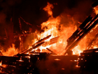 В Пестовском районе сгорел двухквартирный дом. Погиб человек
