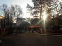 В Старой Руссе недалеко от школы и больницы загорелся частный дом