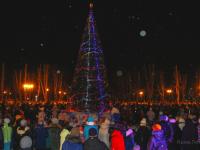 В Старой Руссе зажгли огни на главной городской ёлке