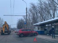В Великом Новгороде после аварии автомобиль выехал на остановку пассажирского транспорта