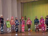 «Засветись в темноте!»: юным новгородским пешеходам придумали модные наряды