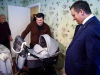 Андрей Никитин и Сергей Бусурин поздравили семью, где родился первый ребенок в этом году в регионе