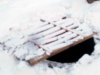Боровичских детей поджидает опасность на горке в парке