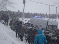 Фото: новгородцы помогли машине скорой помощи забраться на ледяную гору