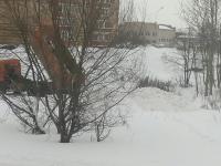 Перепутал? Самосвал вывалил снег в одном из дворов Великого Новгорода
