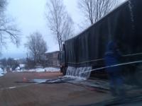 В Боровичах почти повторился сценарий «Пункта назначения»: из грузовика повалились листы металла