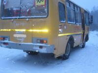 В Новгородской области из-за бревна лесовоза съехал в кювет автобус со школьниками