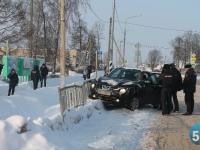В Шимске во время митинга автоледи въехала в ограждение