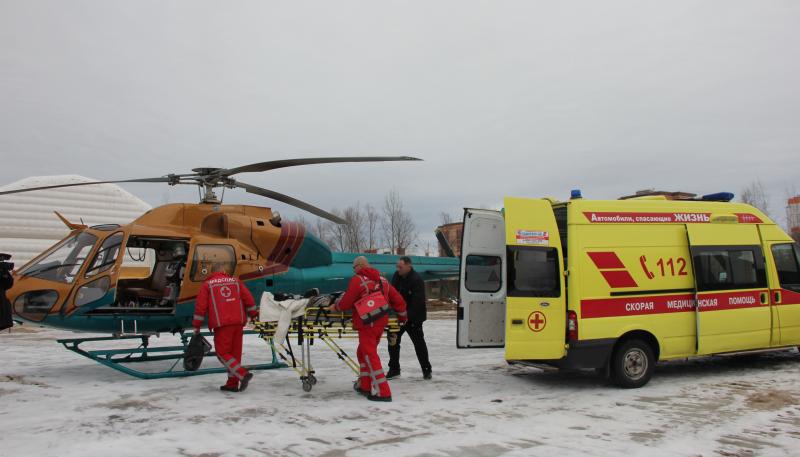 Новгородские врачи борются за жизнь пациента, которого привезли на вертолете из Пестовского района