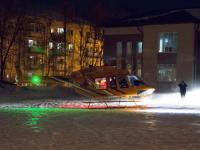 Фото: мужчину с тяжелыми травмами перевез вертолет из центра Боровичей в Великий Новгород