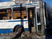 Фотофакт: в Великом Новгороде автобус врезался в столб