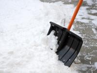 «Горячая линия» по уборке снега в Окуловке поможет «растопить» снежные валы в городе