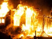 Пожарные десять часов тушили большой частный дом в Шимском районе