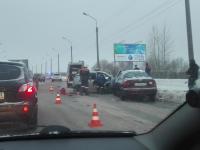 В Великом Новгороде на Колмовском мосту напротив МЧС столкнулись четыре автомобиля