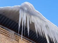 В Великом Новгороде семь домов представляют опасность из-за наледи на крышах