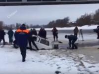 Видео: в Старой Руссе подняли автомобиль, в котором погибли отец и дочь