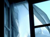 Выпавшая из окна ЦРБ в Окуловке женщина находится в реанимации