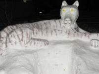 Житель Старой Руссы слепил из снега величественного тигра