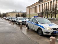 Колонна учебных автомобилей проехала по Великому Новгороду с призывом соблюдать правила движения