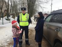 В Боровичах дошкольники «вышли на дорогу» поздравить автоледи с 8 марта