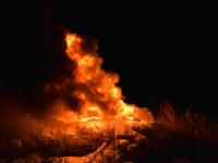 Жители новгородской деревни на Масленицу сожгли старые вещи на кургане