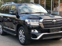 В Великом Новгороде неизвестные угнали дорогой черный автомобиль с московскими номерами