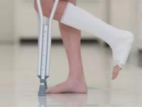 В Великом Новгороде подросток сломал ногу из-за пренебрежения правилами дорожного движения
