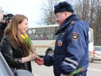«Всегда бы так»: автоинспекторы поздравили женщин на главной площади Великого Новгорода