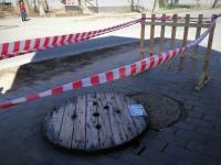 Фотофакт: опасный провал неподалеку от новгородской гостиницы Park Inn оградили