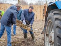 Фоторепортаж: первые лица региона навели порядок на берегу Волхова